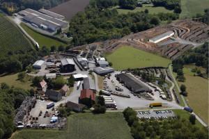 Un site de production qui traite plus de 100 000m³ de bois par an (Situé à Dussac et Lanouaille). au cœur de la région la plus boisée de France en Périgord vert au nord de la Dordogne (24).